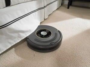 Robot de aspirare iRobot Roomba 631 sub canapea